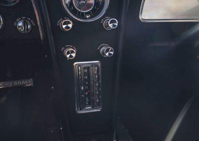 1963 Chevrolet Corvette C2 Split-Window détail de la console centrale postion verticale du poste de radio
