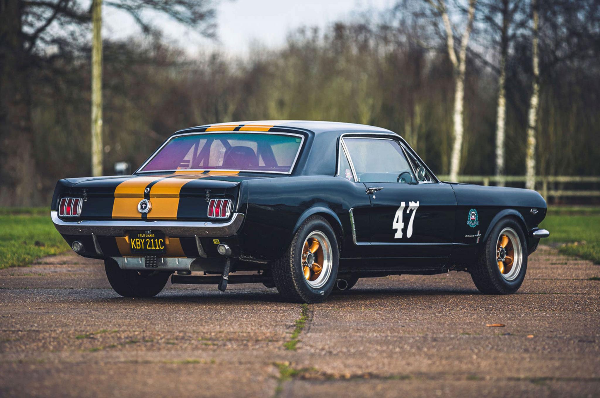 1965 Ford Mustang 289 Sport Coupé Race Car vue trois quarts arrière droit - Silverstone Auctions Mars 2021.