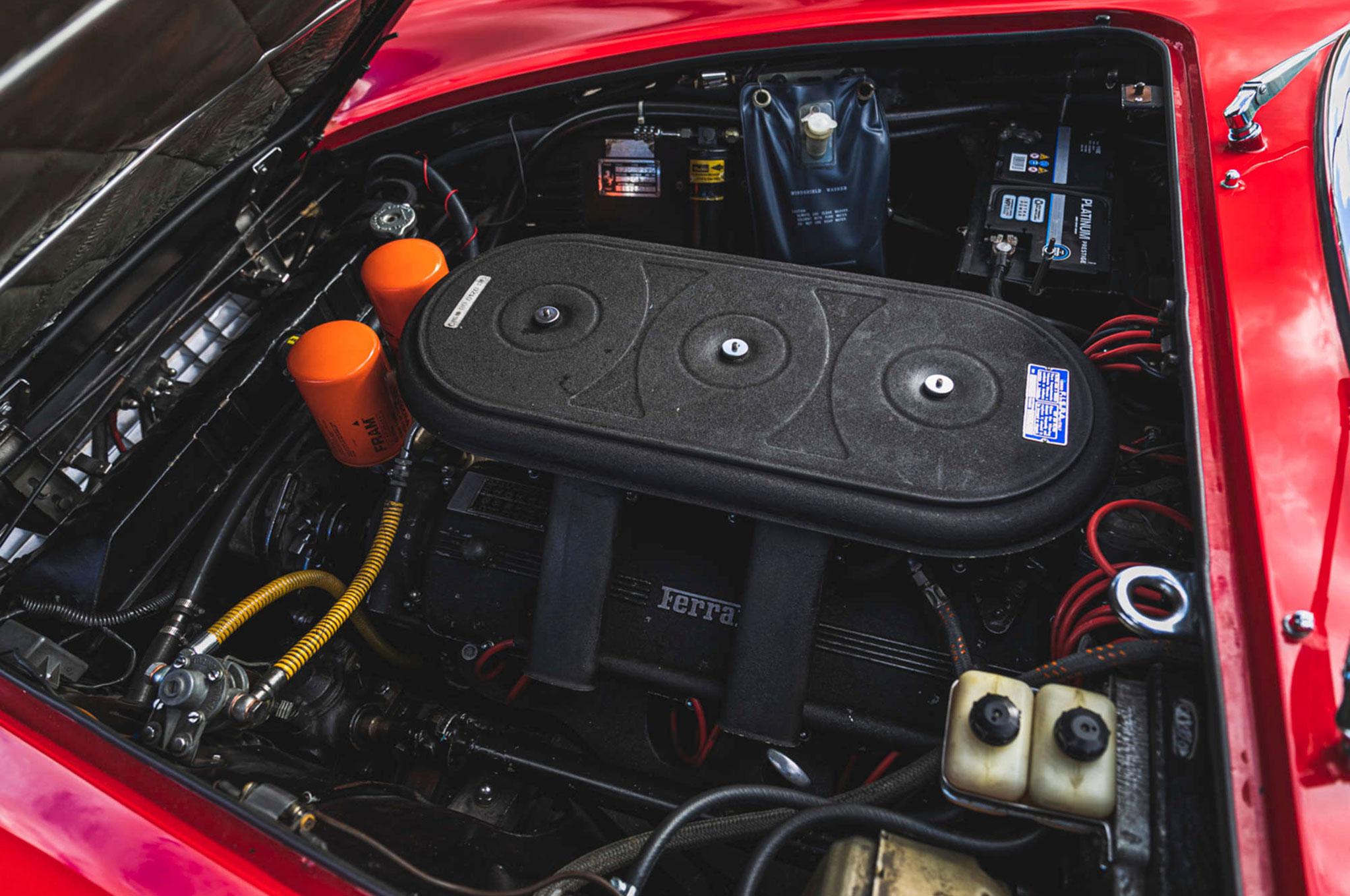 1968 Ferrari 330 GTC moteur V12 de 4.0-Litre 300 chevaux.