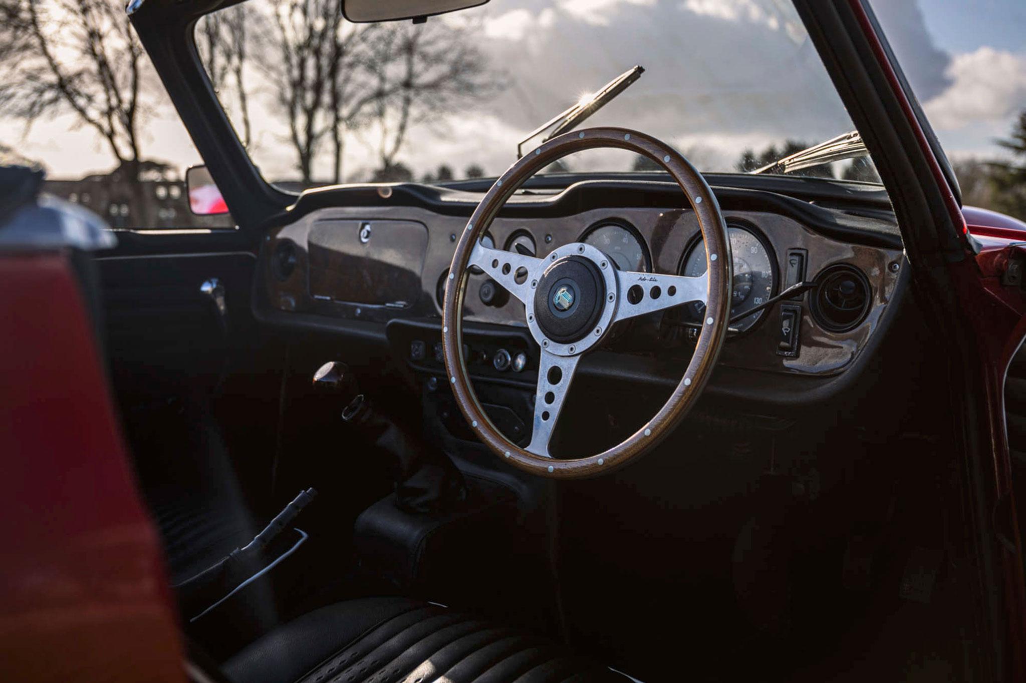 1968 Triumph TR5 volant et tableau de bord en bois