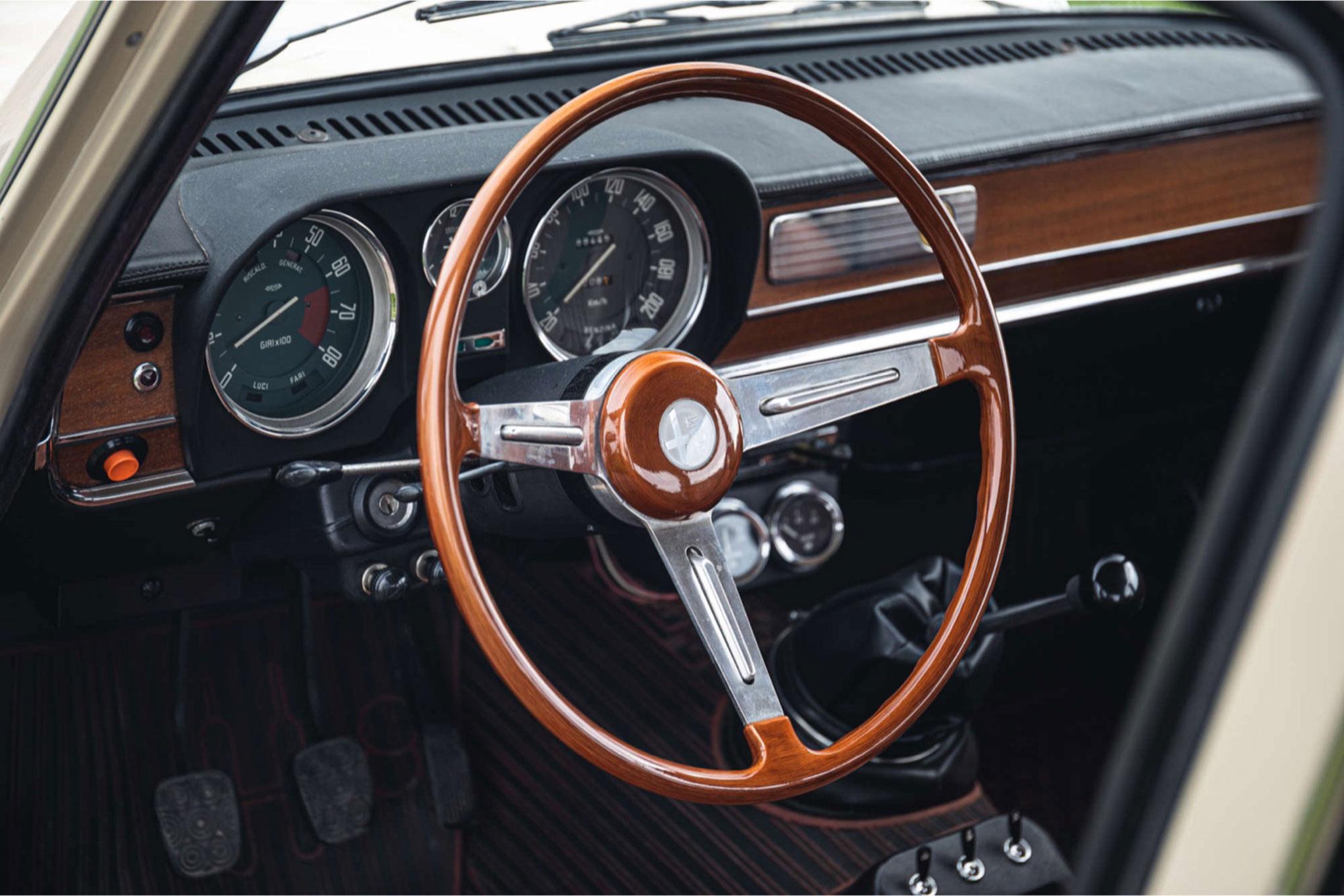 1972 Alfa Romeo Giulia Super 1.3 volant tulipe typique de ces modèles.