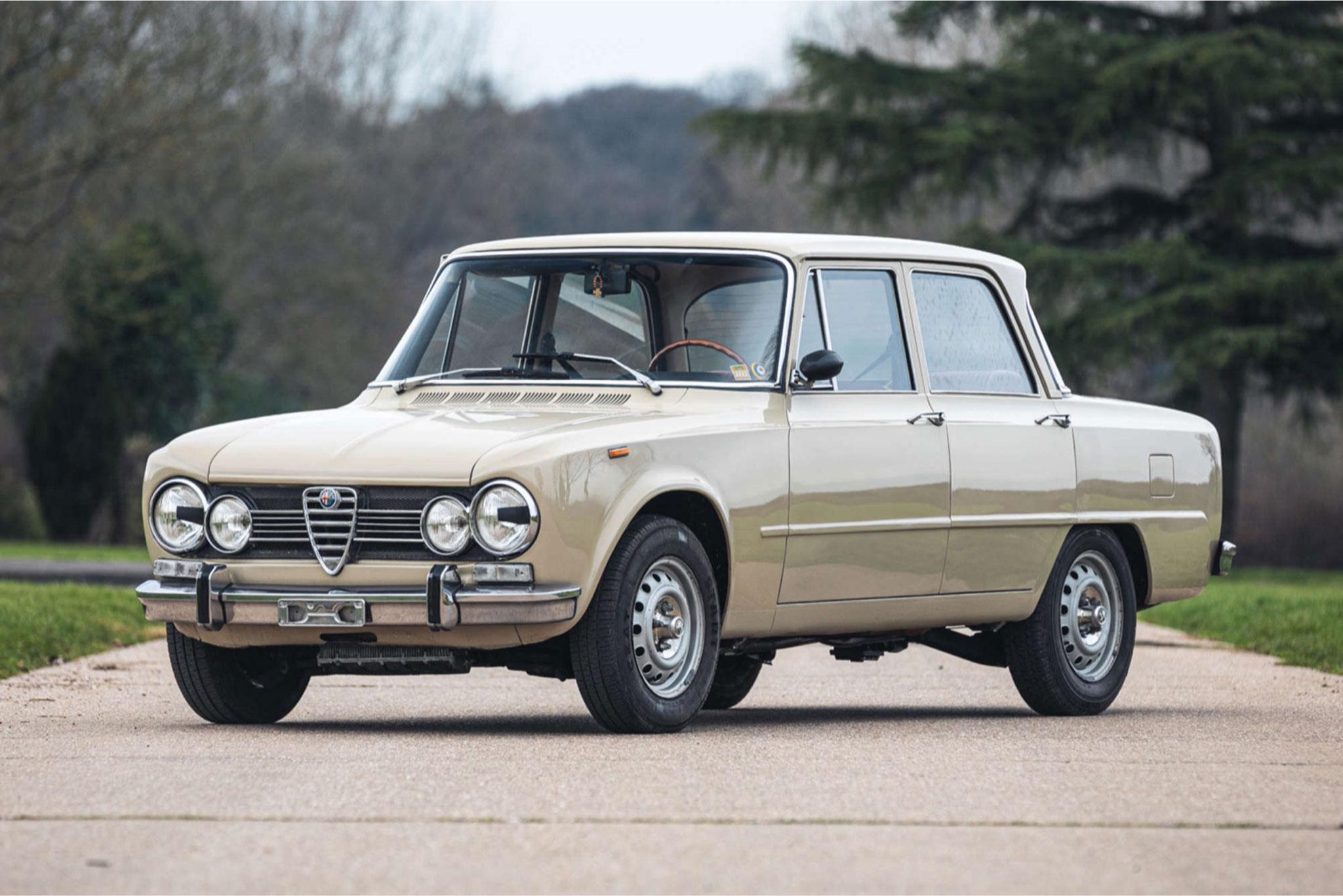 1972 Alfa Romeo Giulia Super 1.3 vue trois quarts avant gauche - Silverstone Auctions Mars 2021.