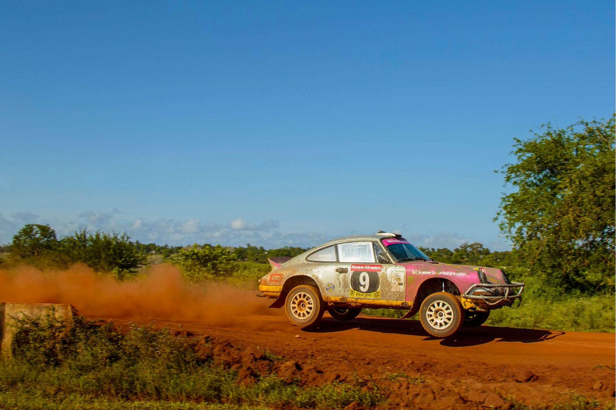 1975 Porsche 911 Carrera MFI Safari Rally Car vue lors du East African Safari vue latérale côté droit en plein saut - Silverstone Auctions Mars 2021.