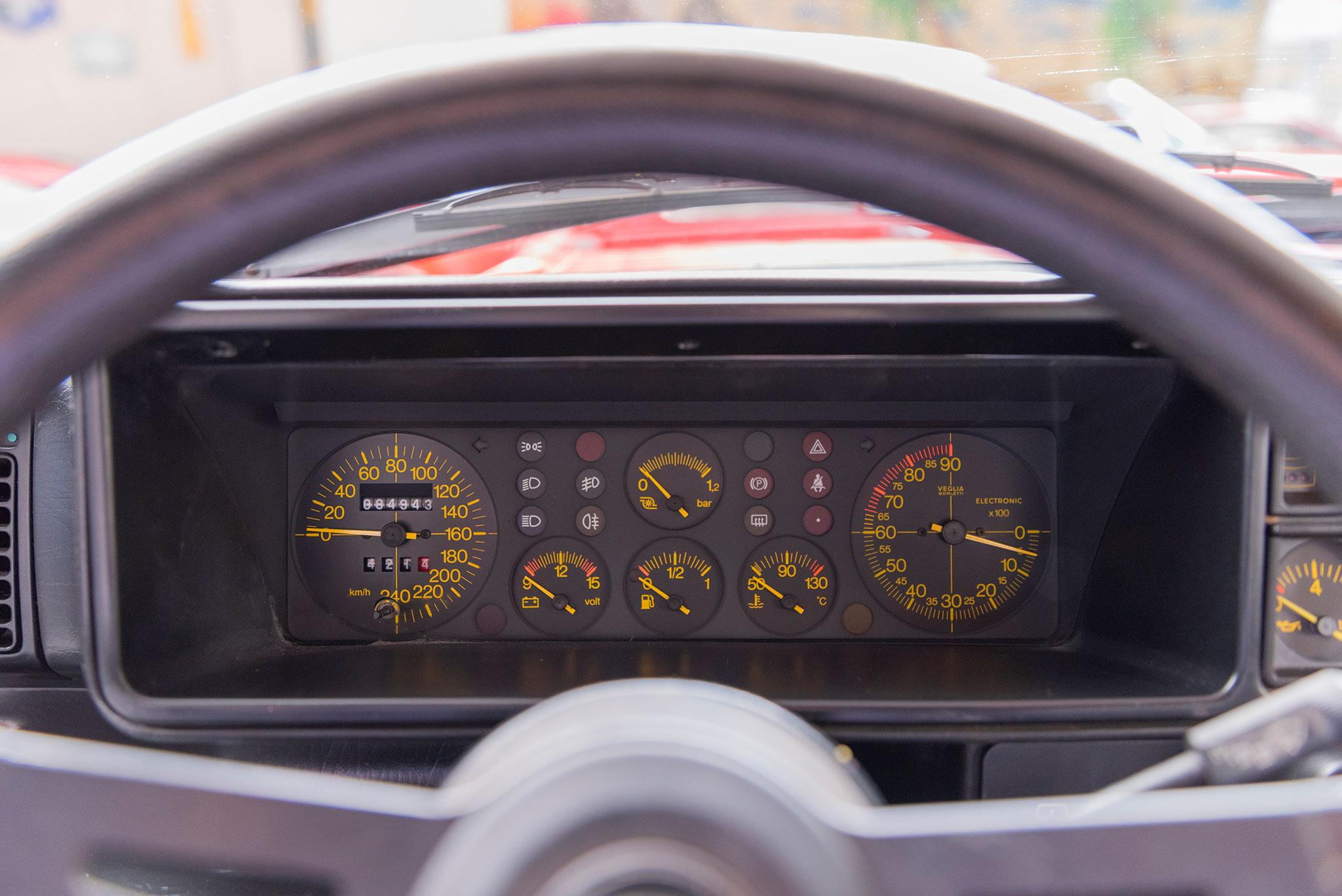 1990 Lancia Delta HF Integrale détail des compteurs et manomètres.