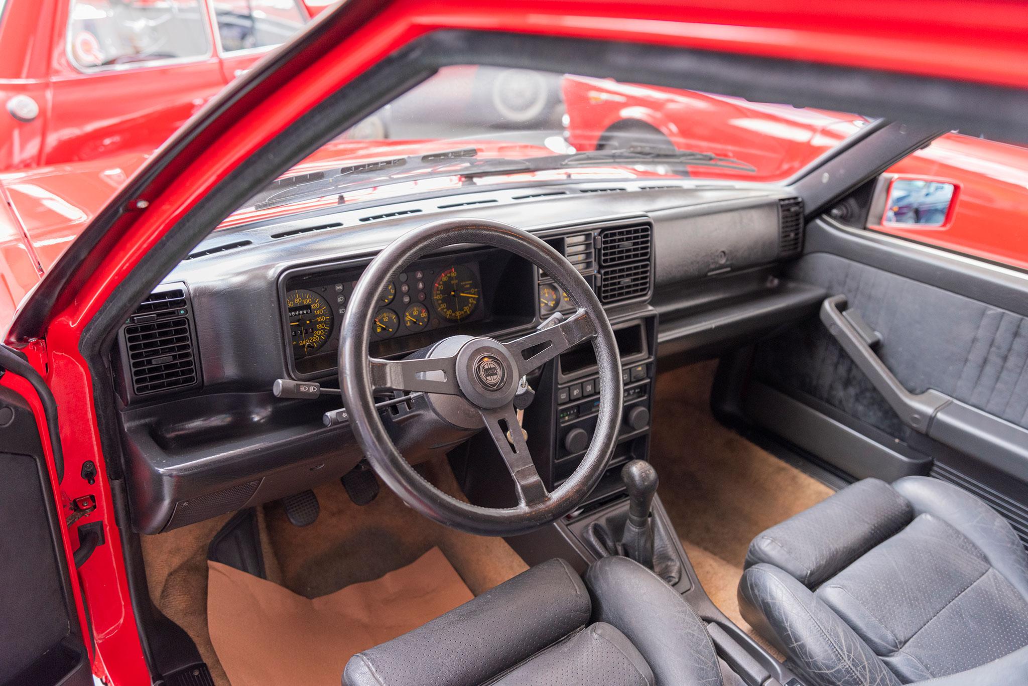 1990 Lancia Delta HF Integrale vue des places avant.