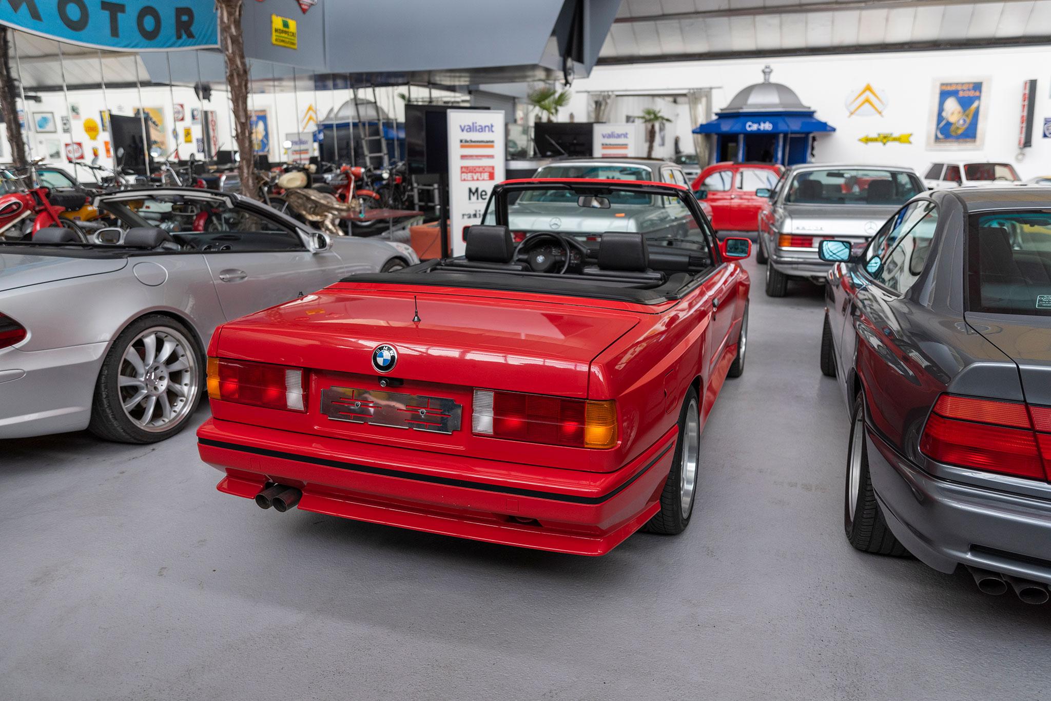 1991 BMW M3 E30 Cabriolet vue trois quarts arrière droit.