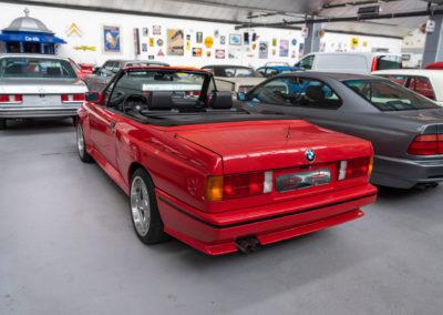 1991 BMW M3 E30 Cabriolet vue trois quarts arrière gauche.