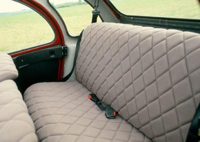 Citroën 2CV Charleston bordeaux et noir banquette arrière @Guyot et Vivier