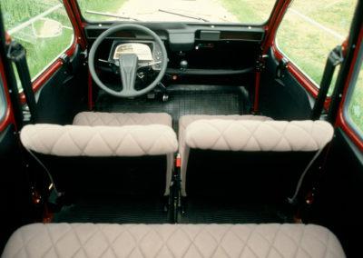 Citroën 2CV Charleston bordeaux et noir vue intérieure @Guyot et Vivier