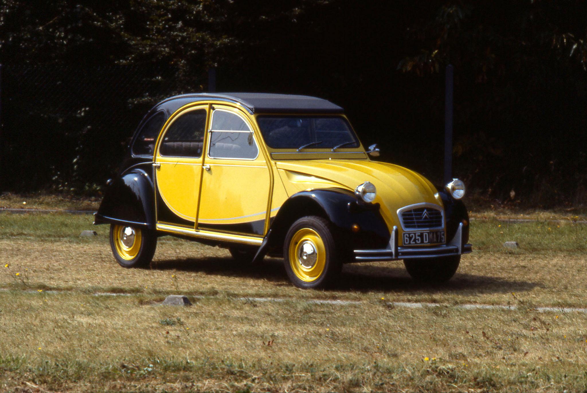 Citroën 2CV Charleston jaune et noir vue trois quarts avant droit @Guyot et Vivier