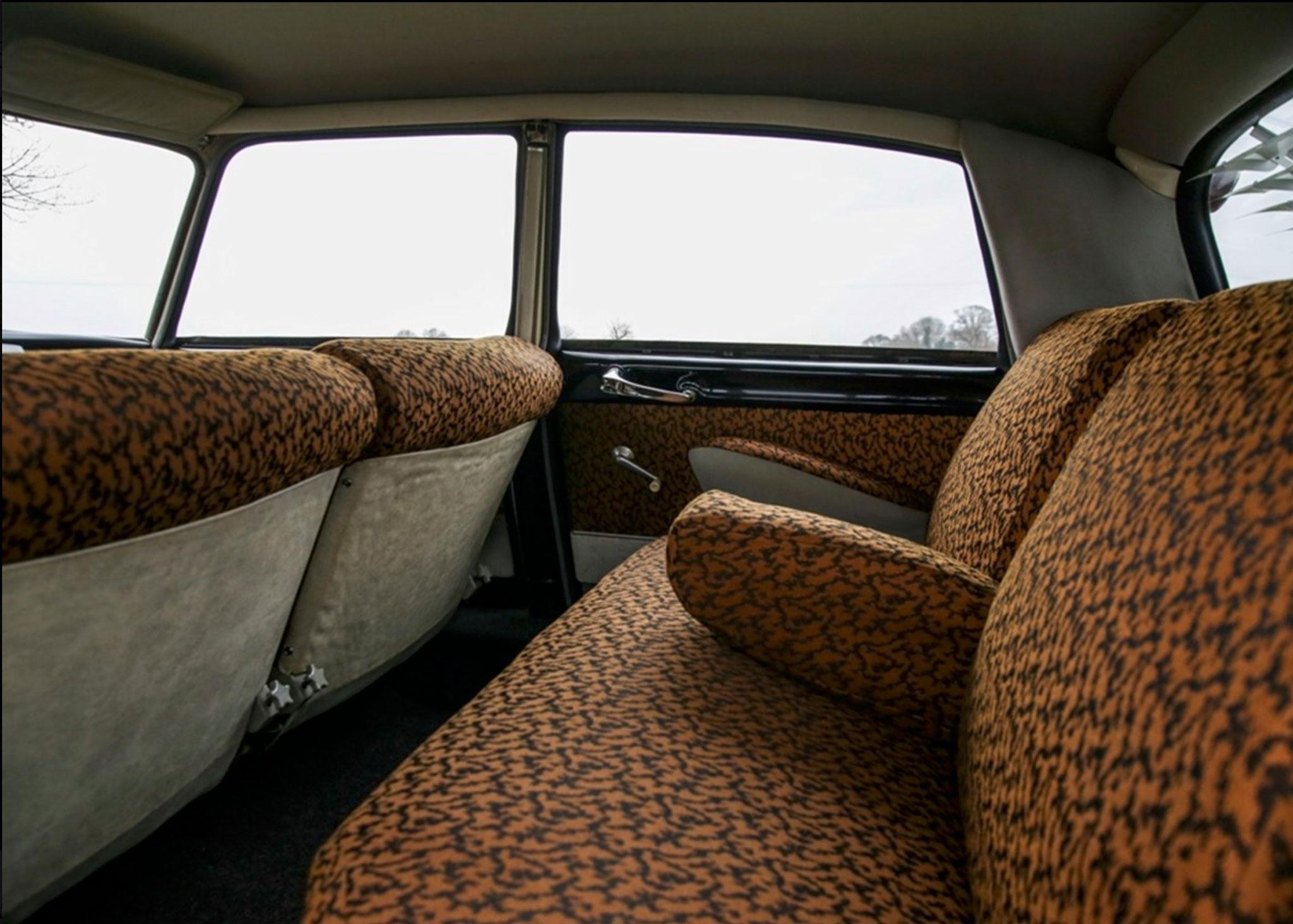 1958 Citroën DS 19 la banquette arrière permet d'accueillir trois personnes - Coups de Coeur Historics Auctioneers.