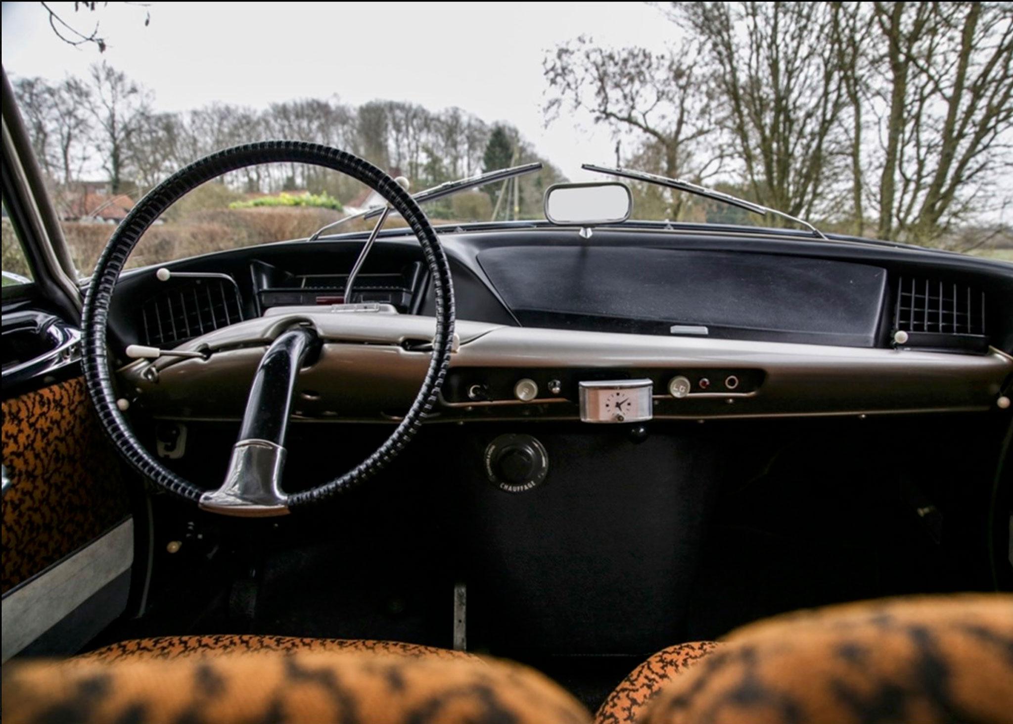 1958 Citroën DS 19 planche de bord futuriste en rapport avec la ligne extérieure - Coups de Coeur Historics Auctioneers.