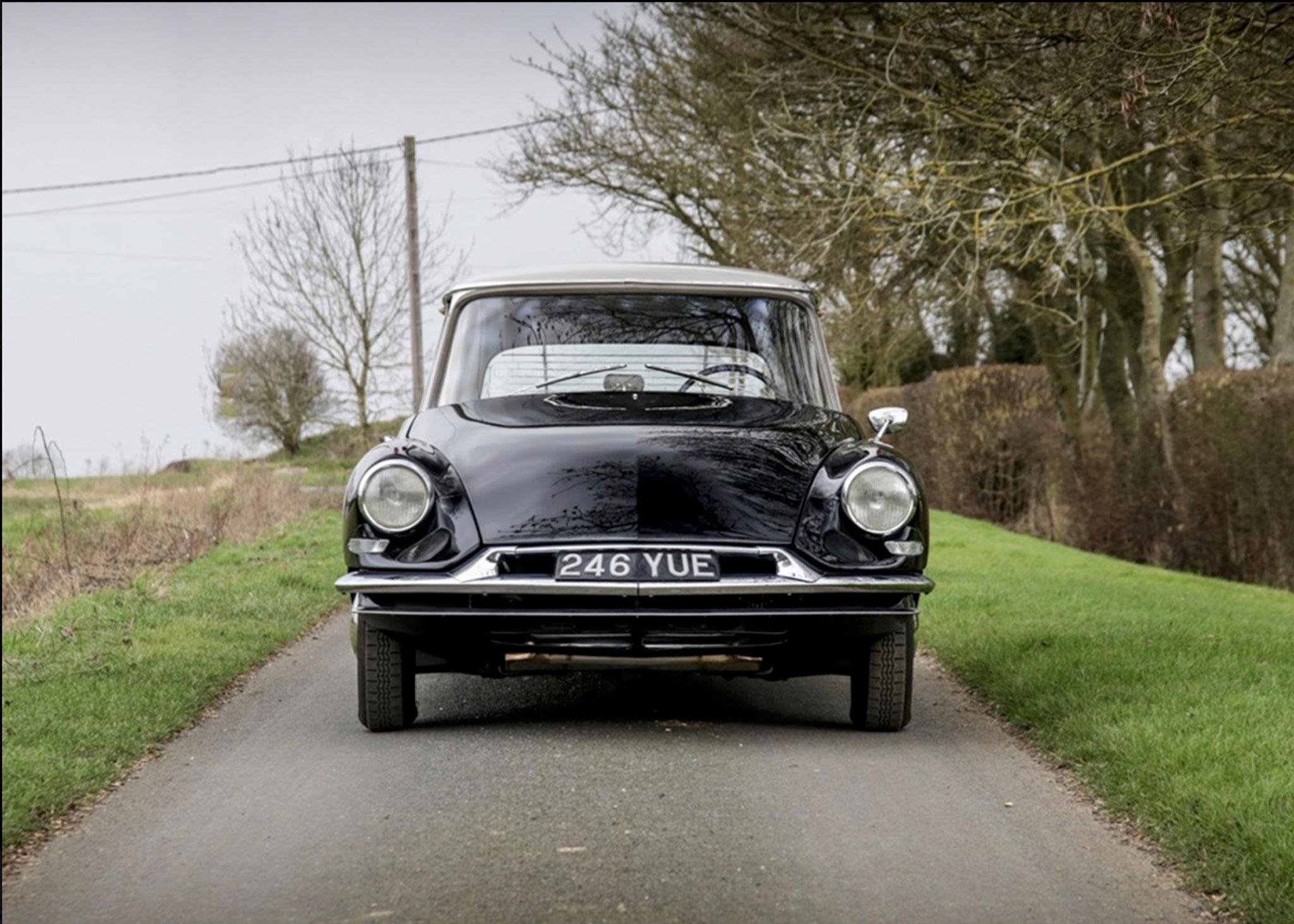 1958 Citroën DS 19 une ligne très moderne pour l'époque - Coups de Coeur Historics Auctioneers.