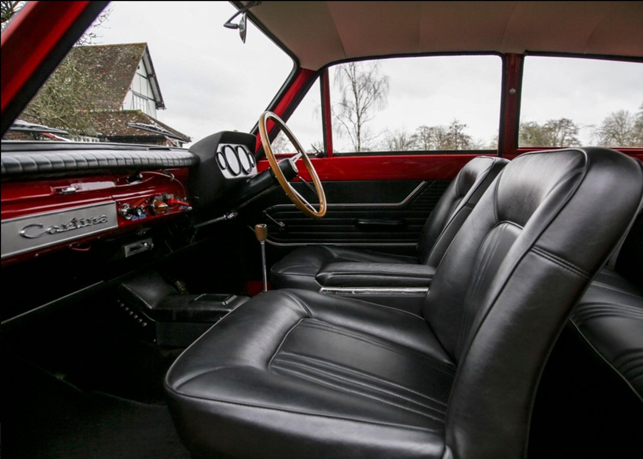1963 Ford cortina Lotus MK I l'intérieur de la version Lotus offre une nouvelle console et des sièges spécifiques - Coups de Coeur Historics Auctioneers.