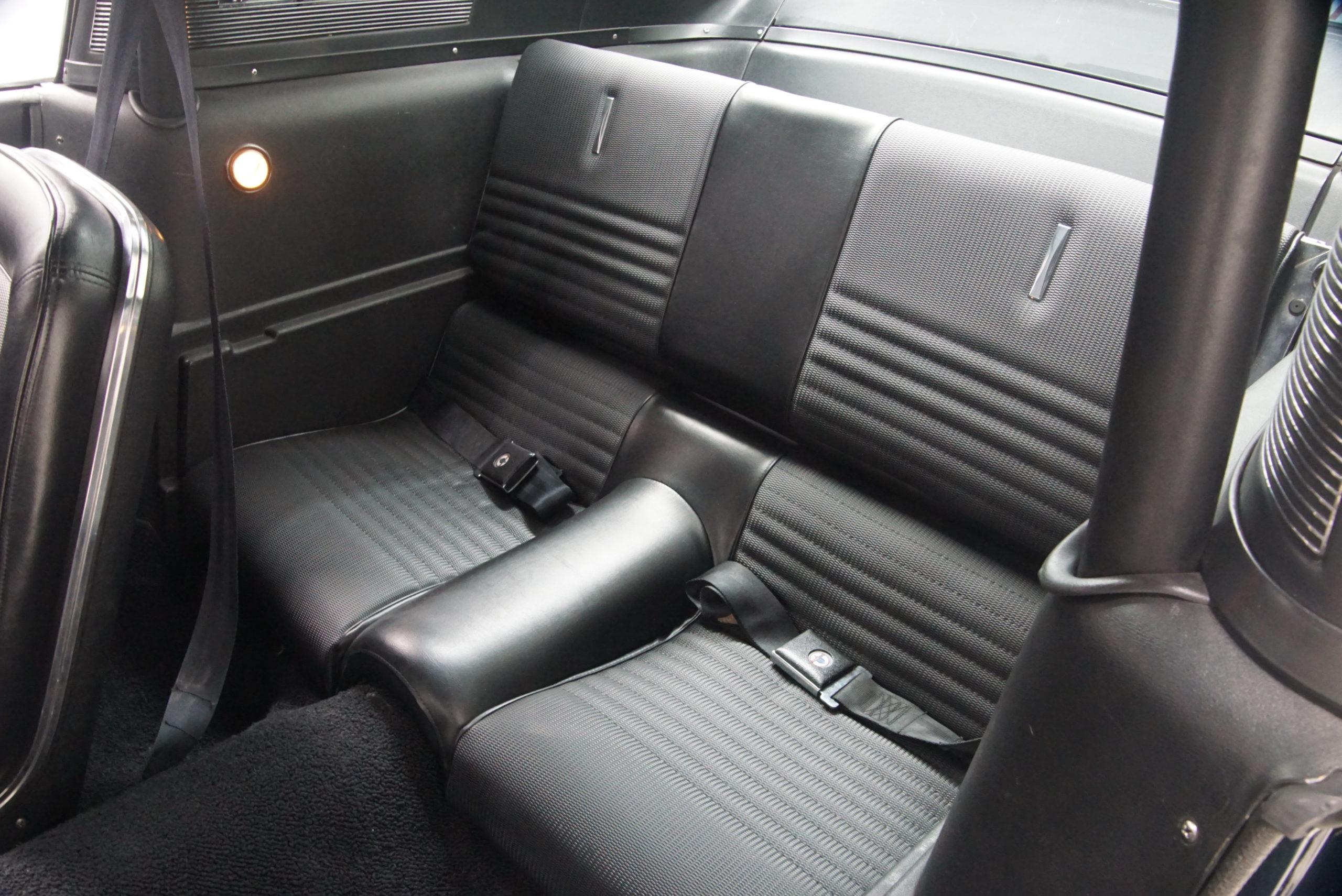 1967 Shelby Mustang GT350 Fastback intérieur banquette arrière - Shannons Auctions avril 2021.