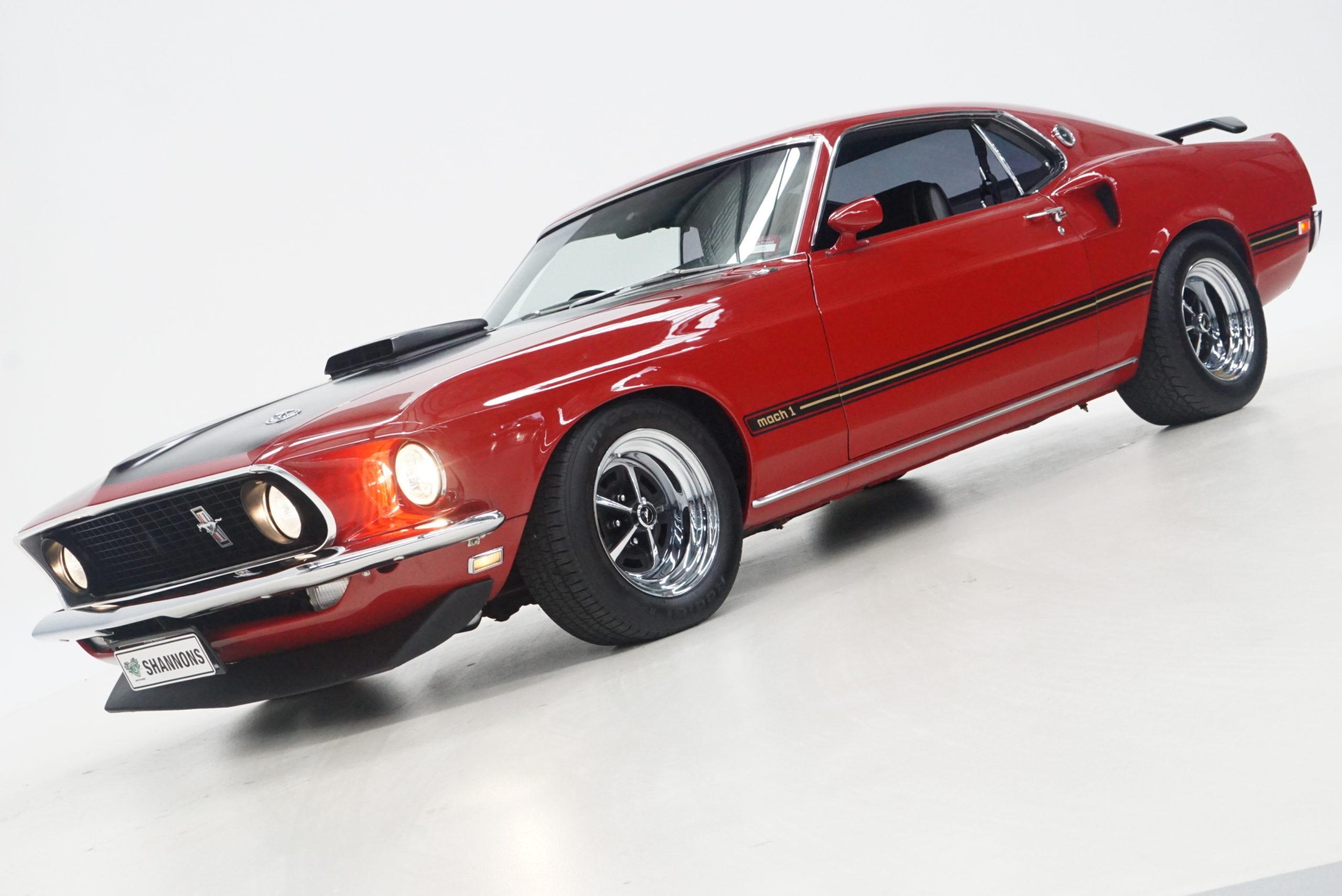 1969 Ford Mustang Mach 1 Fastback latéral trois quarts avant gauche phares allumés - Shannons Auctions avril 2021.