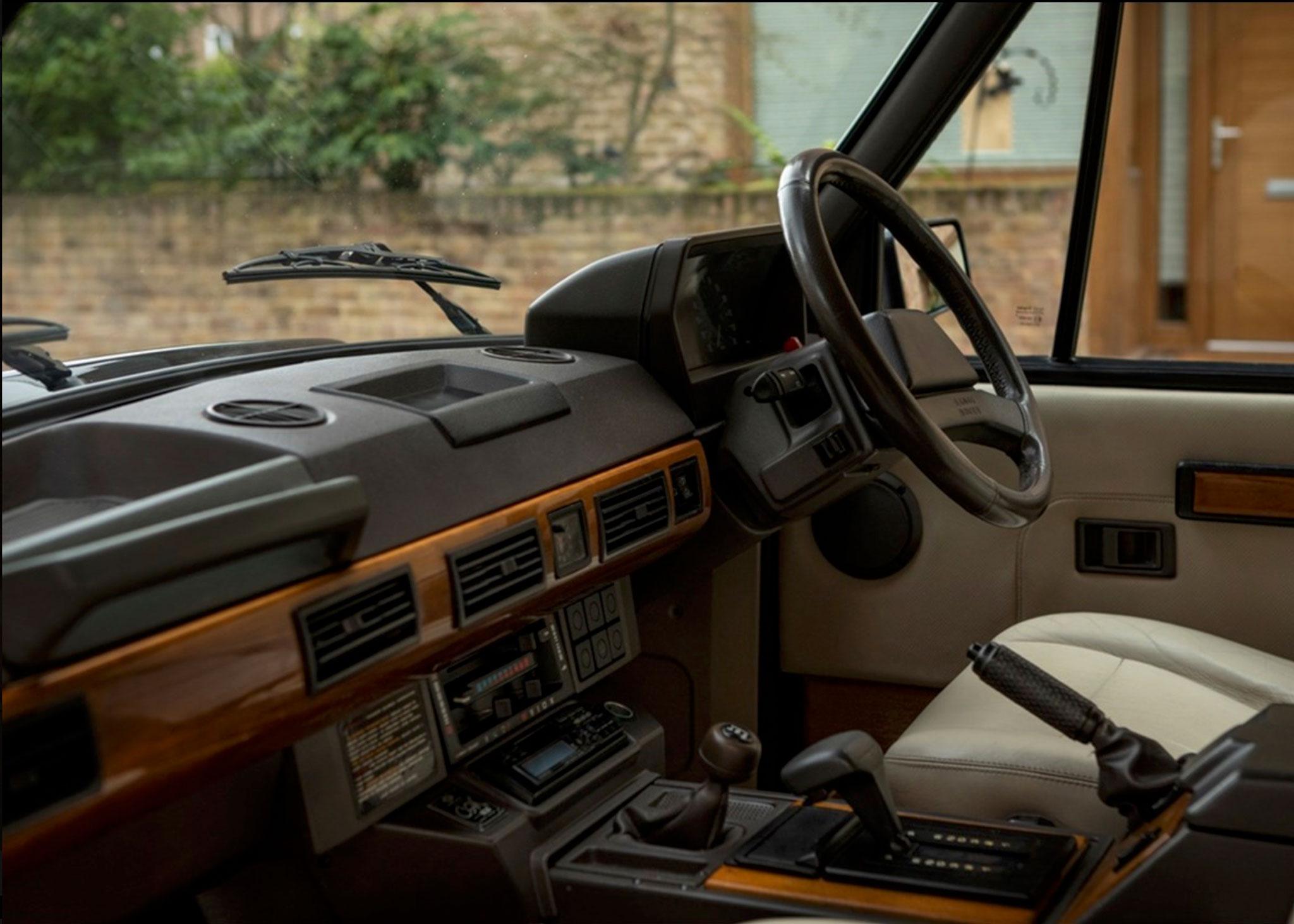 1991 Range Rover CSK N° 181 sur 200 la plaquette se situe à gauche de l'autoradio - Coups de Coeur Historics Auctioneers.