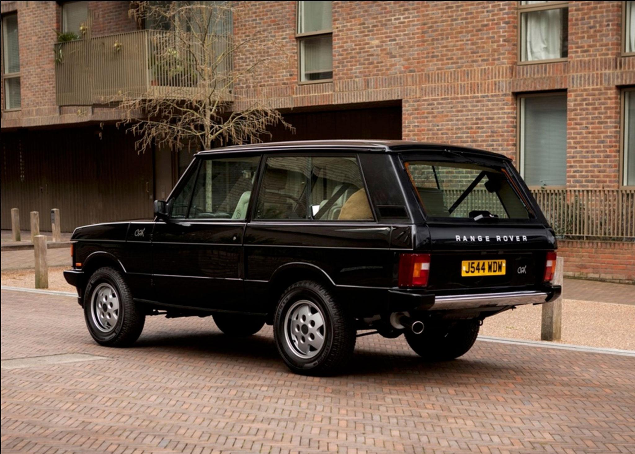 1991 Range Rover CSK trois autocollants blancs CSK apposés sur le bas du hayon et le haut des deux ailes avant - Coups de Coeur Historics Auctioneers.