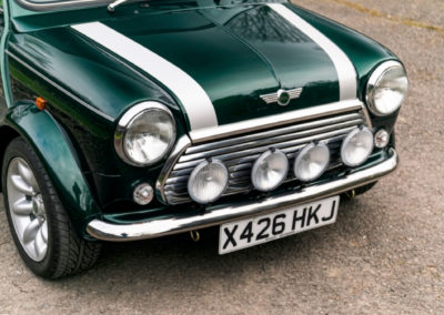 2000 Rover Mini Cooper Sport détail de la partie avant avec 4 projecteurs supplémentaires - Classic Car Auctions mars 2021.