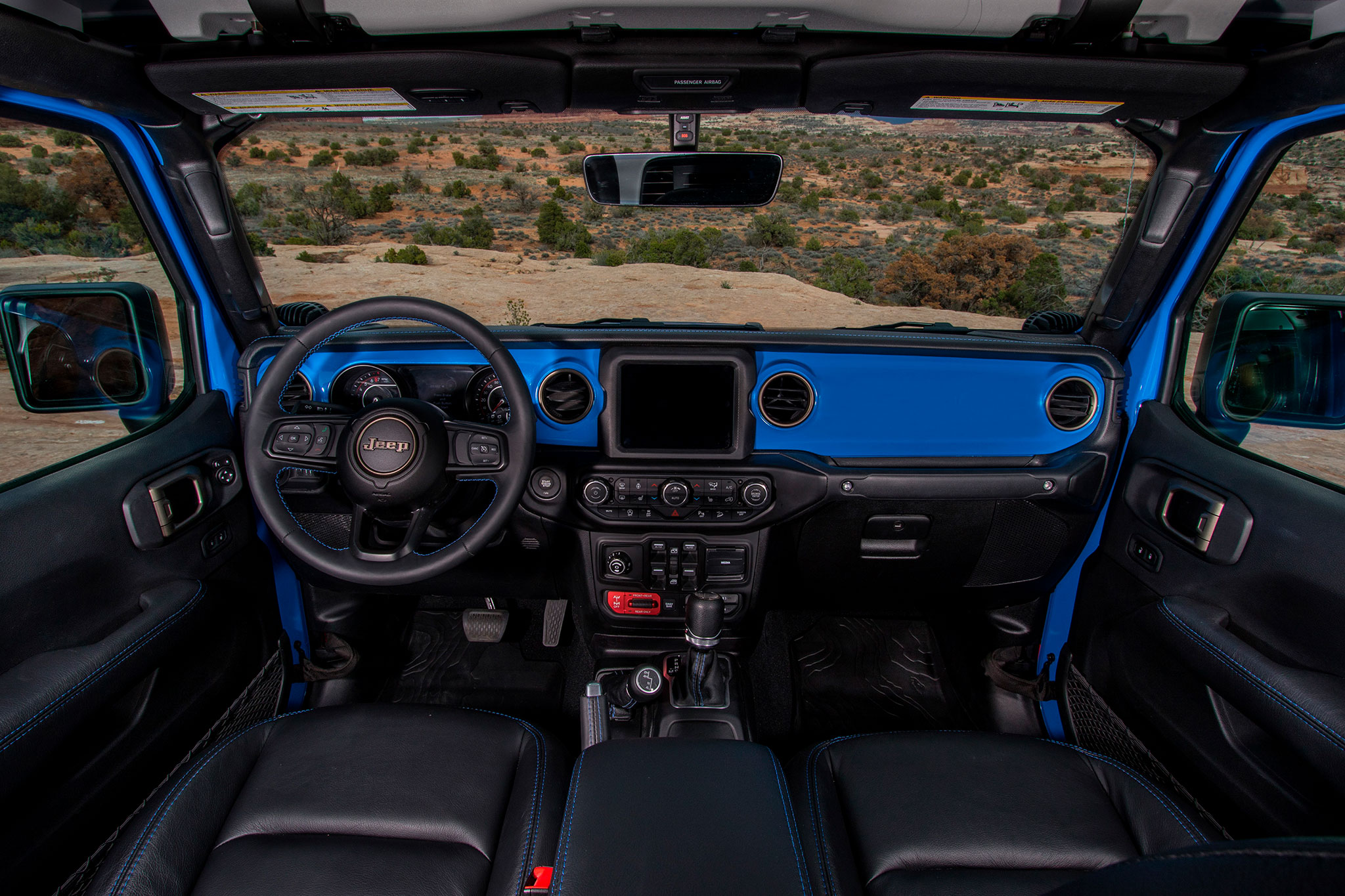 2019 Jeep J6 cuir noir aux surpiqûres bleues assorties au Brilliant Blue - Moab Easter Jeep Safari.