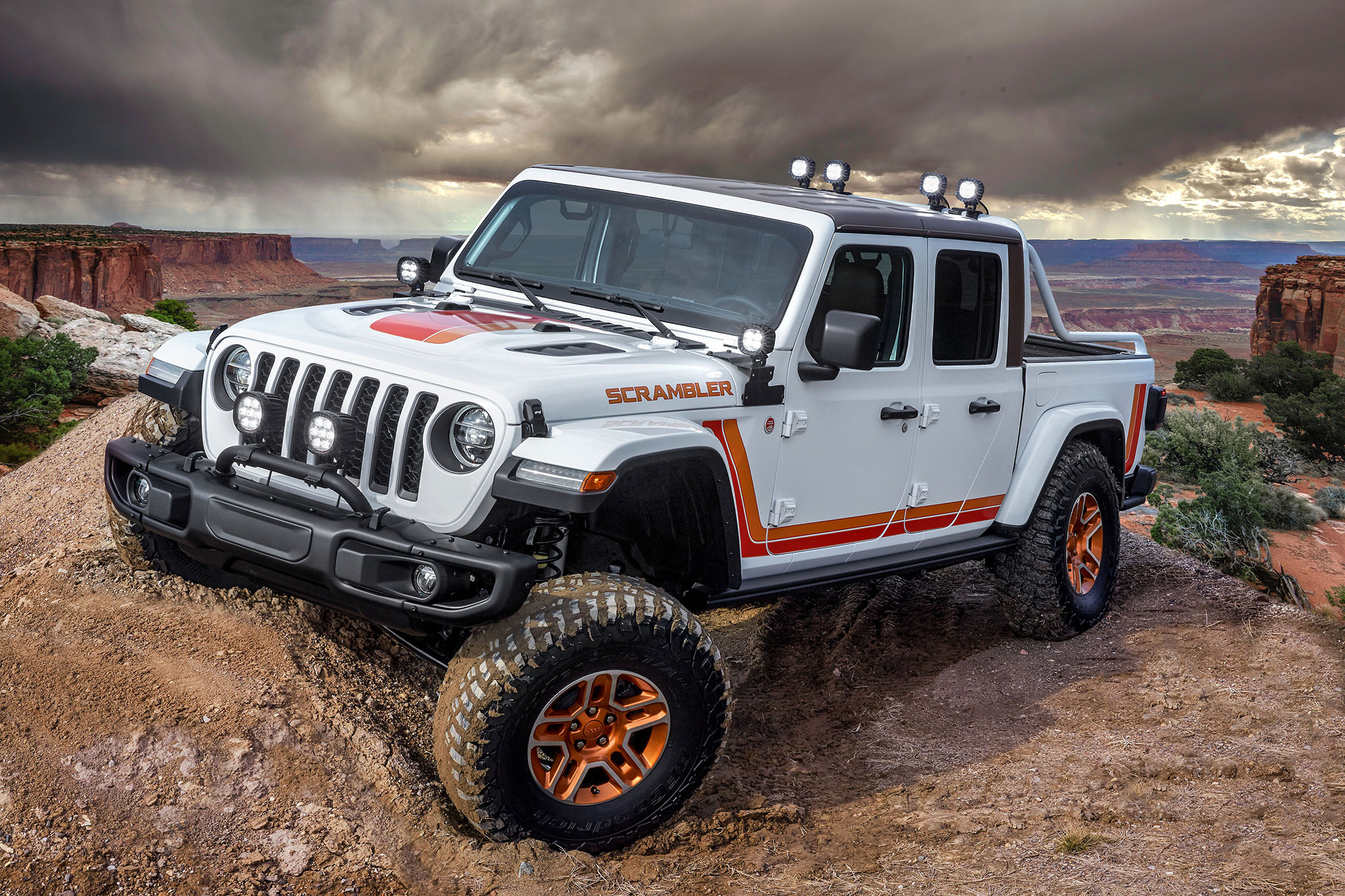 2019 Jeep JT Scrambler les bandes Punk'N Mettalic Orange et Nacho courent le long des bas de caisse - Moab Easter Jeep Safari.