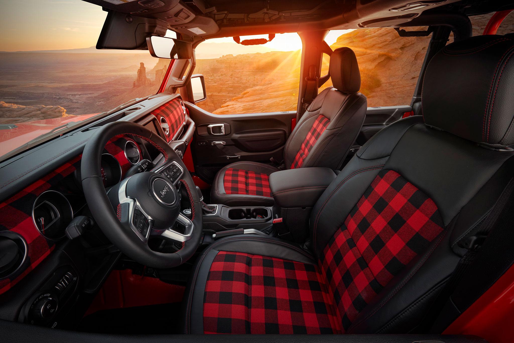 2021 Jeep Red Bare Gladiator Rubicon Concept intérieur noir et rouge sièges à careaux rouge et noir - Concept Cars de Jeep®.