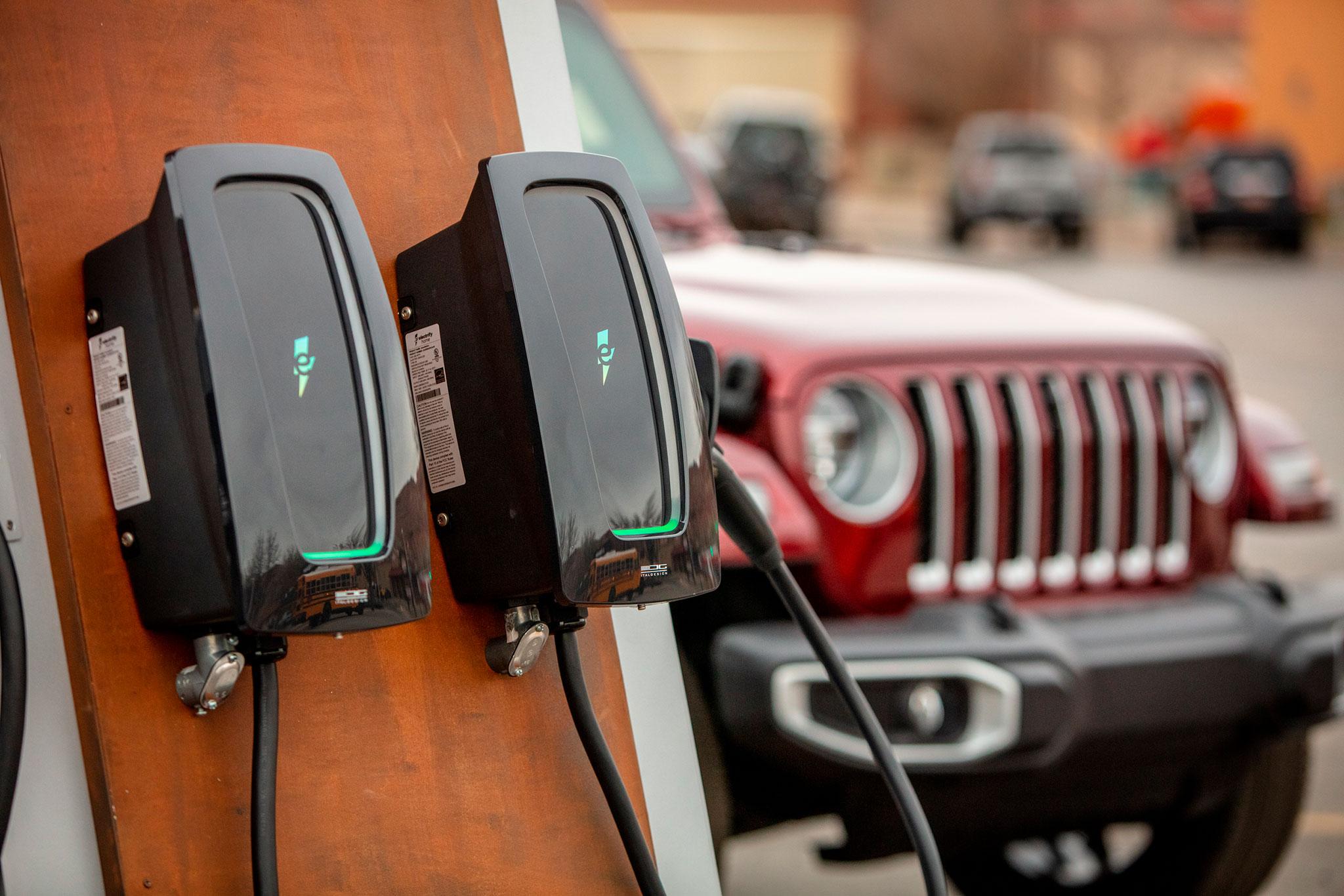 2021 Jeep Wrangler 4xe chaque borne permet de recharger deux véhicules