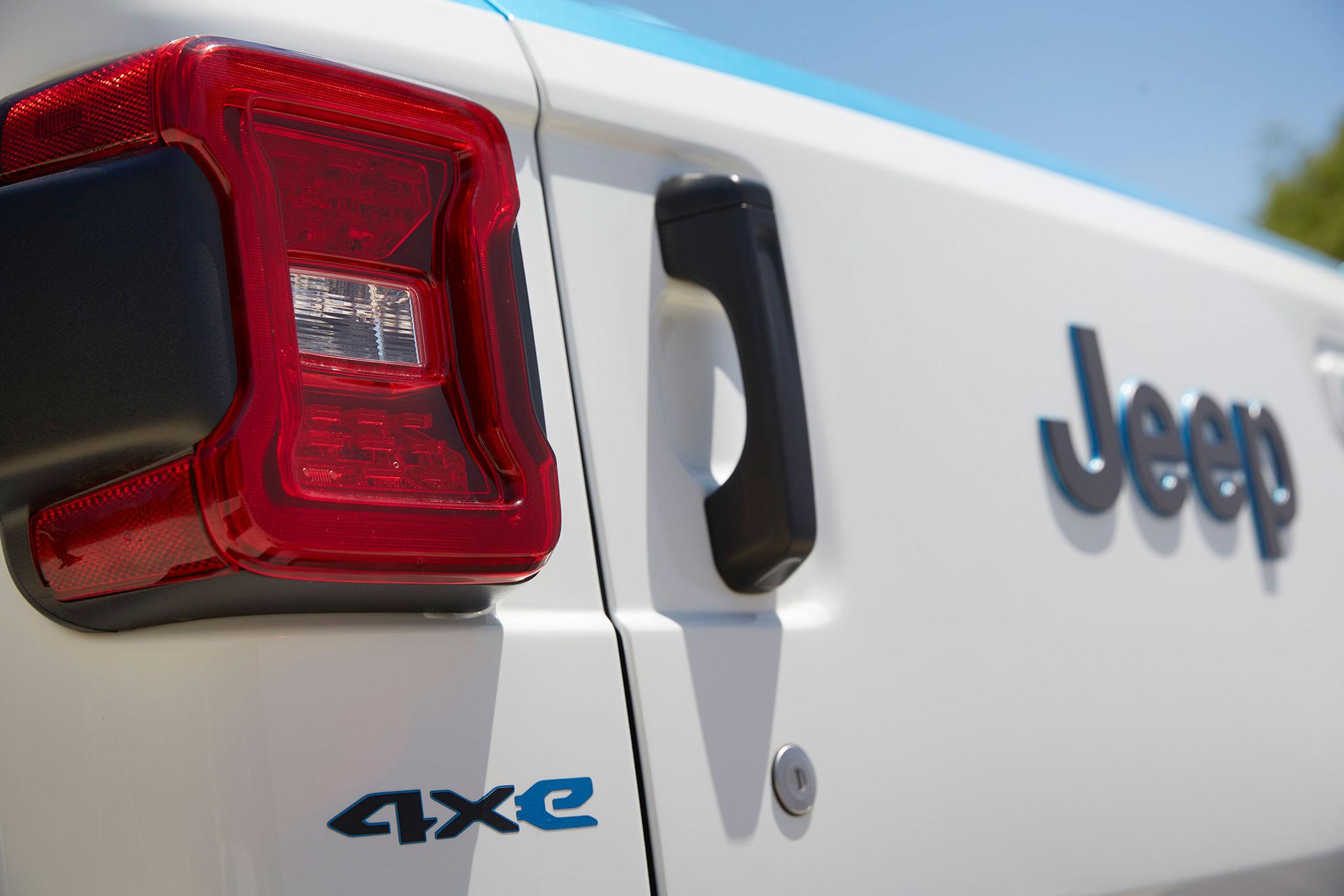 2021 Jeep Wrangler Magneto Concept détail de l'ouverture de la porte arrière avec le monogramme 4xe - Concept Cars de Jeep®.