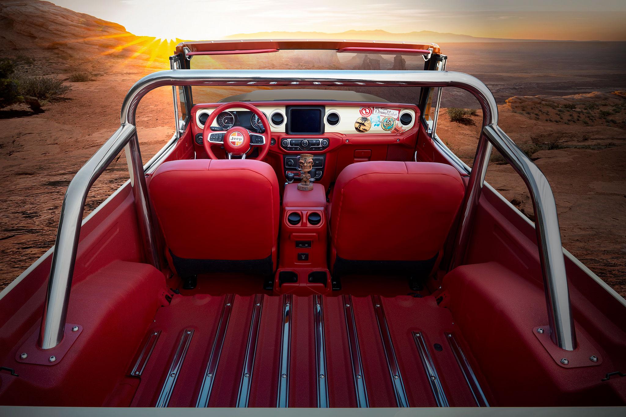 2021 Jeepster Beach Resto Mod Concept zone de chargement sièges avant tableau de bord - Concept Cars de Jeep®.