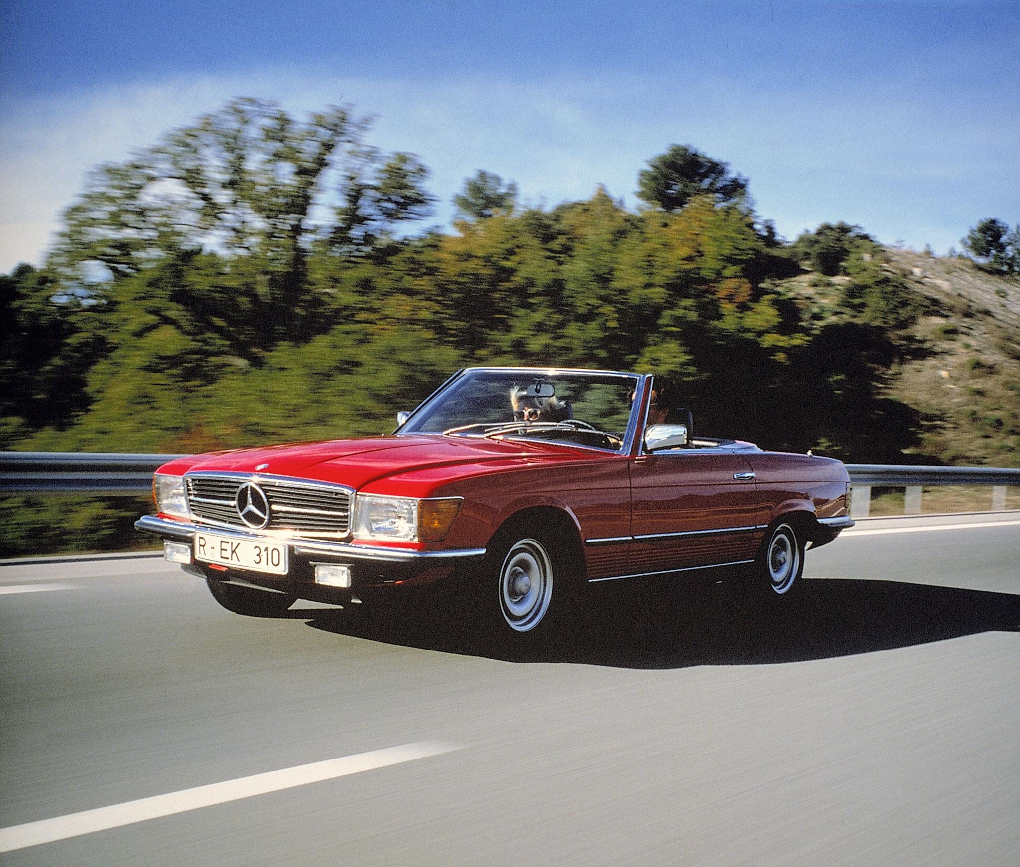 1971-1989 Mercedes-Benz SL R 107 cabriolet elle remplace la série Pagode 1963-1971.