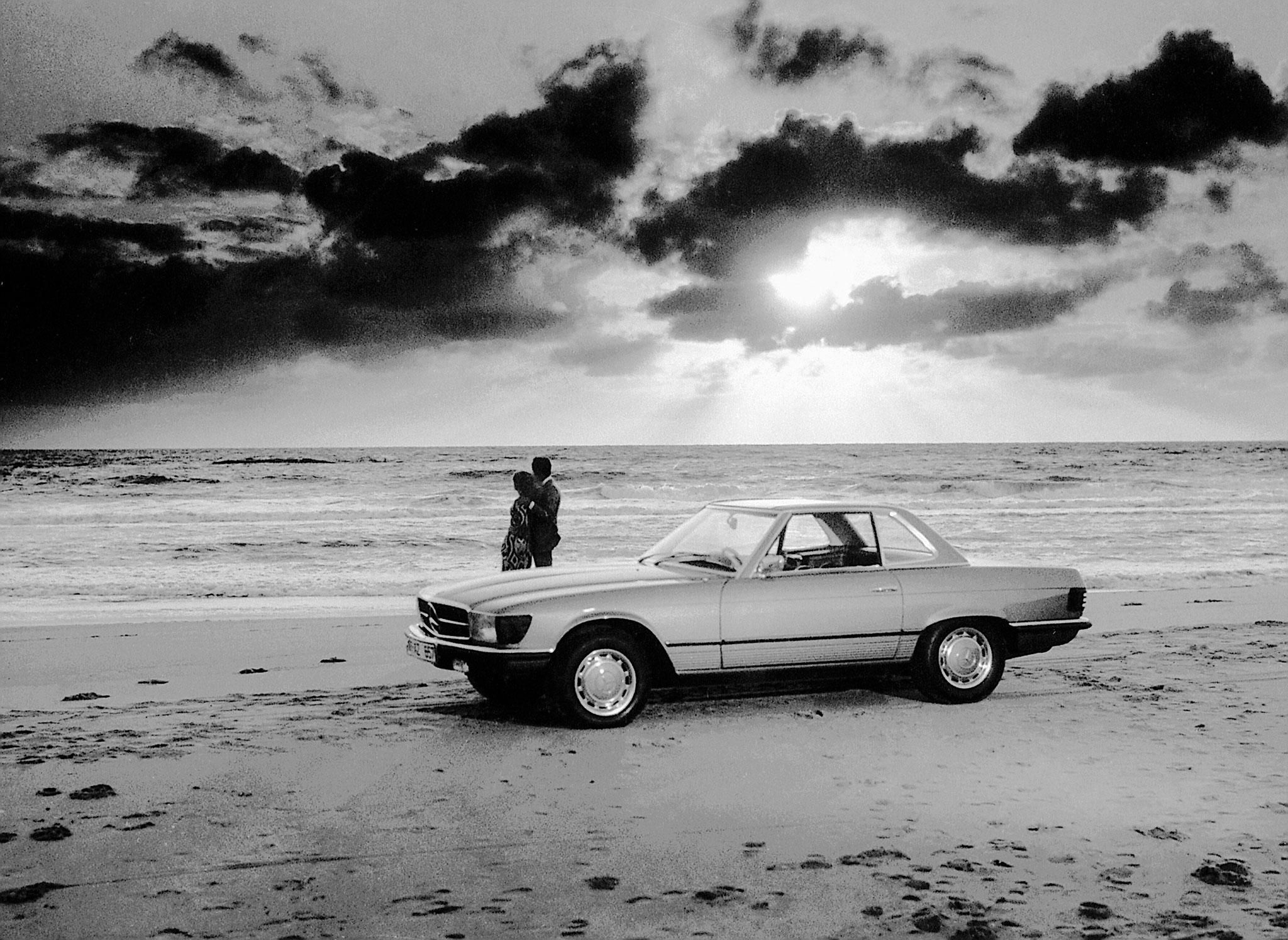 1971-1989 Mercedes-Benz SL R 107 le romantisme d'une plage avec coucher de soleil.