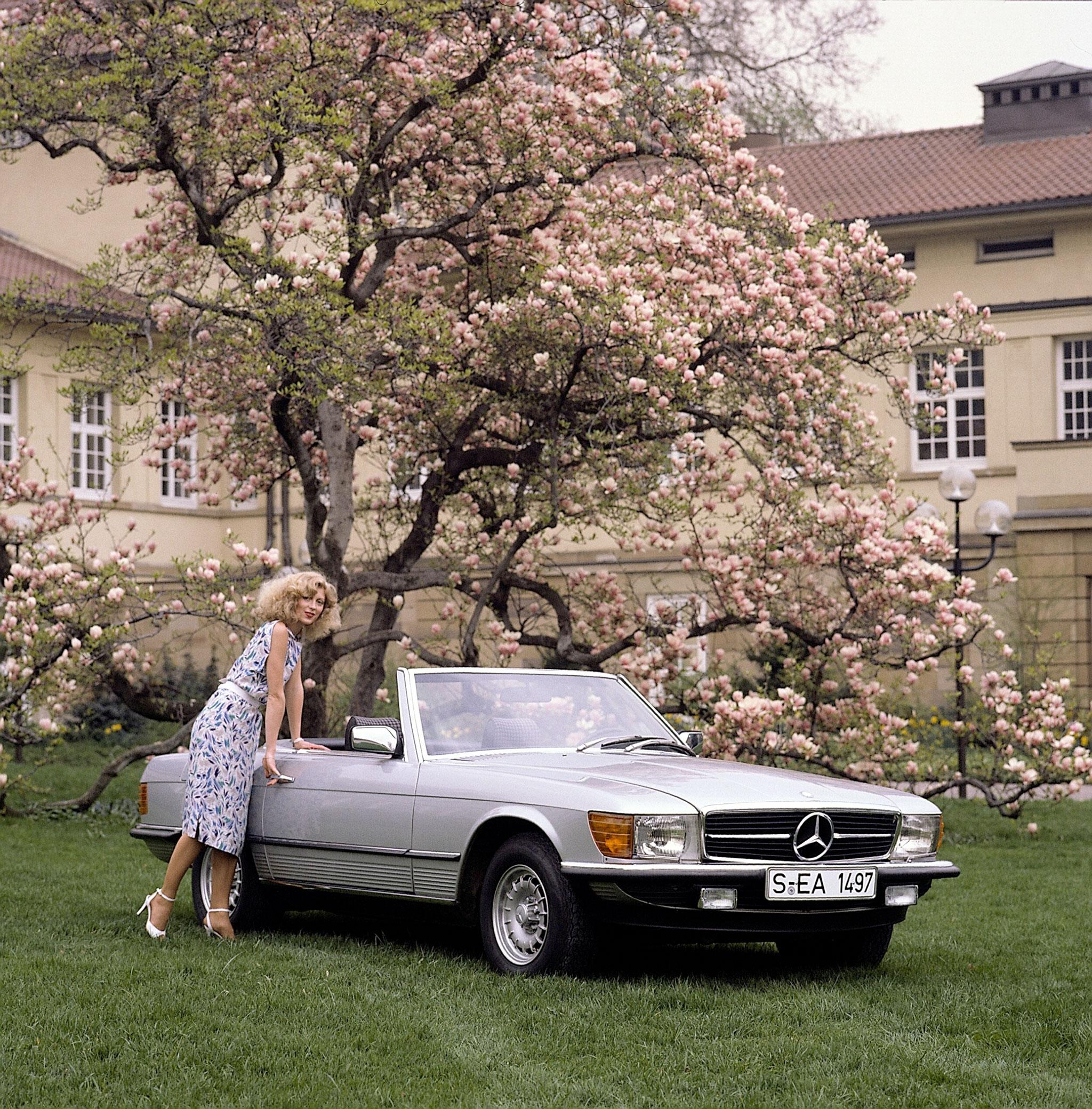 1971-1989 Mercedes-Benz SL R 107 phares horizontaux et non plus verticaux.