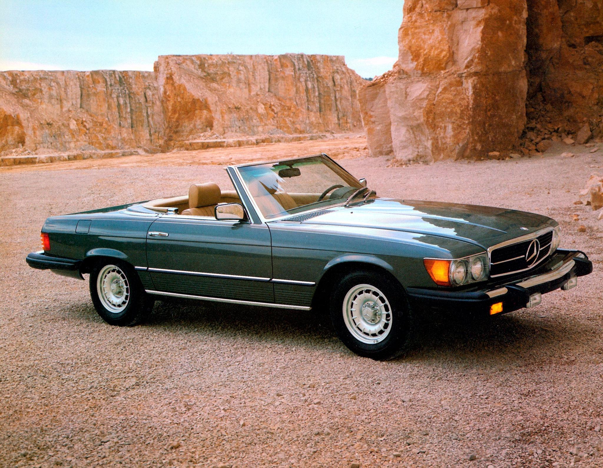 1971-1989 Mercedes-Benz 380 SL R 107 la version destinée aux USA, Japon et Australie se reconnaît à ses gros pare-chocs.