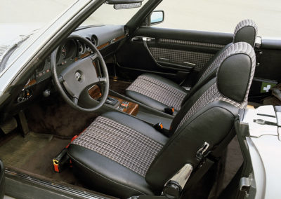 1971-1989 Mercedes-Benz SL R 107 les premières versions reçoivent des sièges tissu et cuir.