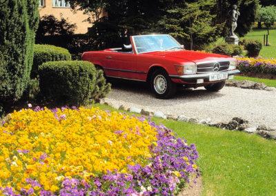 1971-1989 1980 Mercedes-Benz 350 SL R 107 elle dispose d'une capote en tissu rétractable et d'un hard-top amovible.