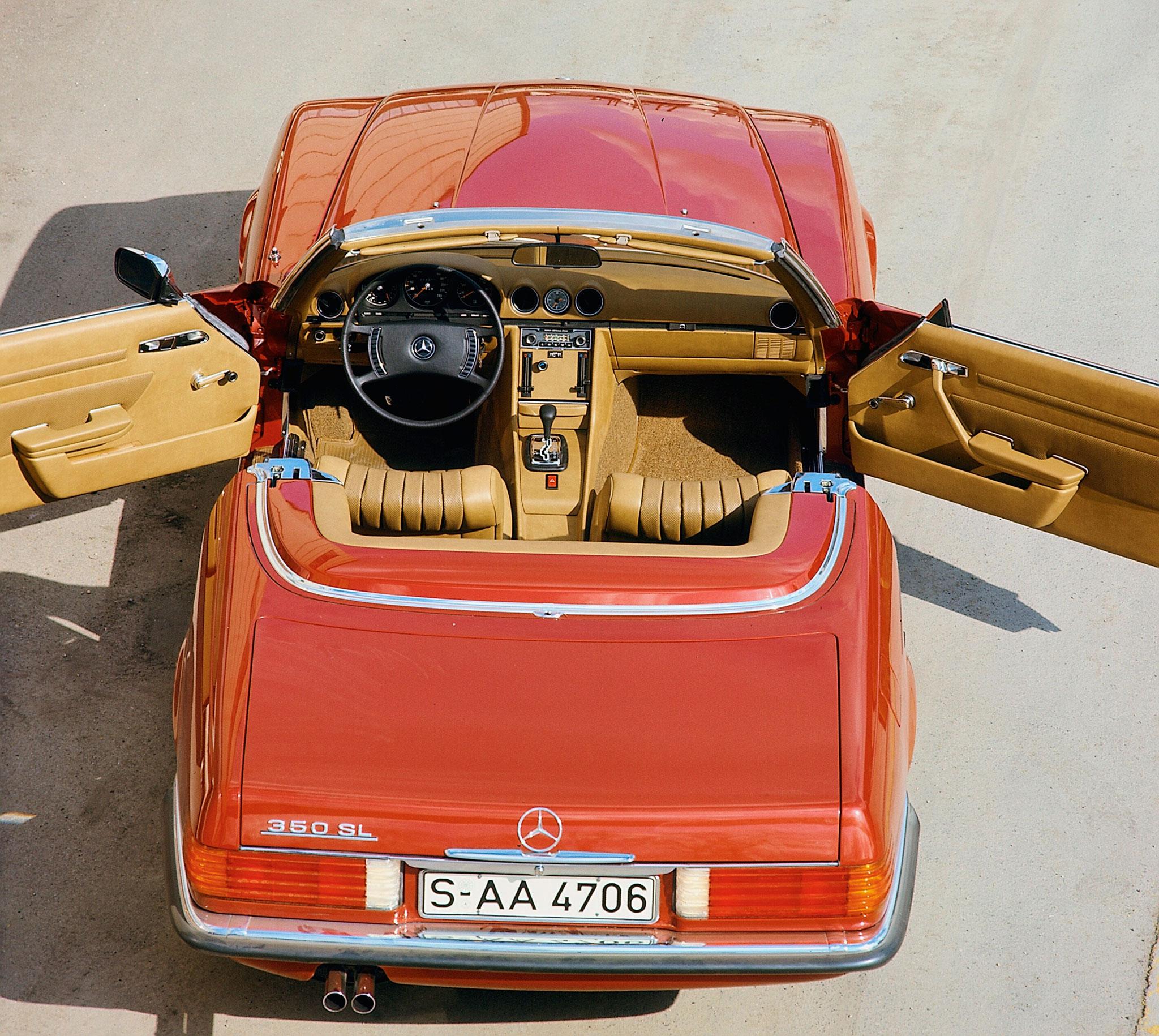 1971-1989 1980 Mercedes-Benz 350 SL R 107 l'intérieur est spacieux et accueille deux personnes dans de profonds sièges en cuir.
