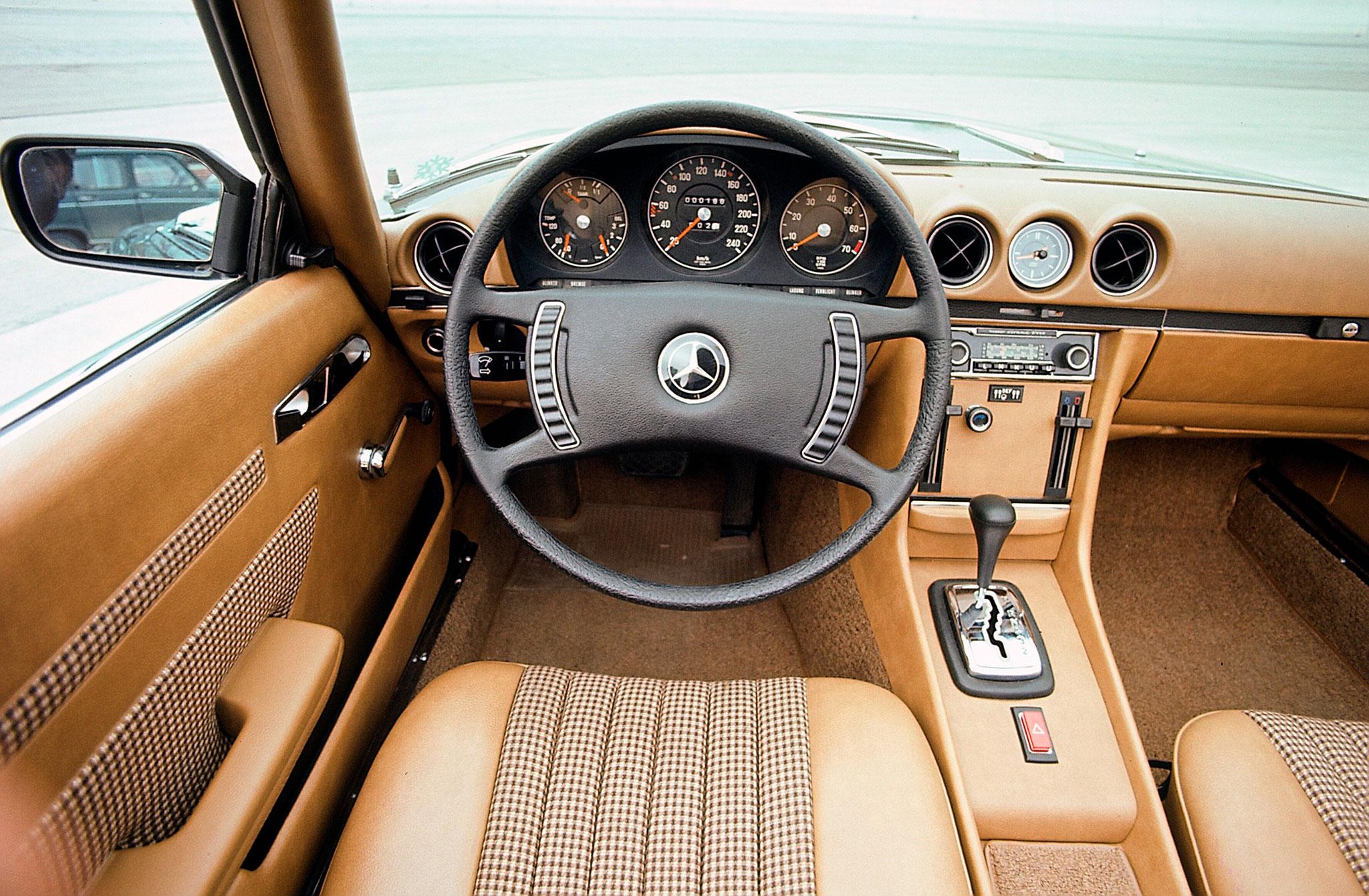 1971-1989 1980 Mercedes-Benz 350 SL R 107 le tableau de bord évoluera avec les années pour correspondre à celui de la berline W 126.