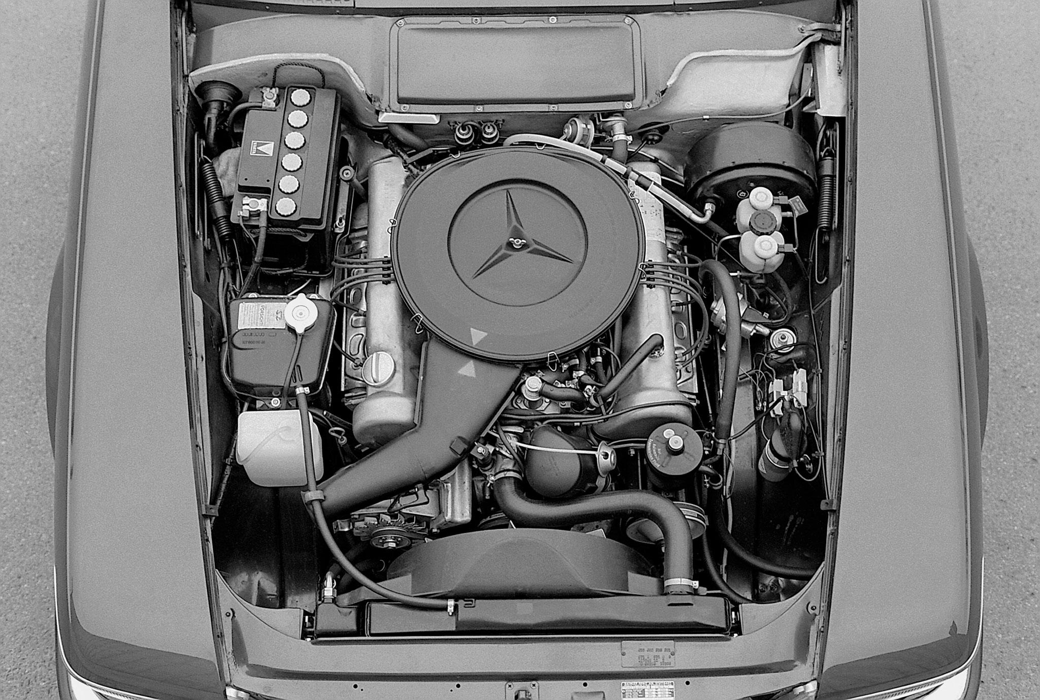 1971-1989 1980 Mercedes-Benz 350 SL R 107 reçoit à sa naissance un moteur M 116 V8 de 3.5-Litre de cylindrée.