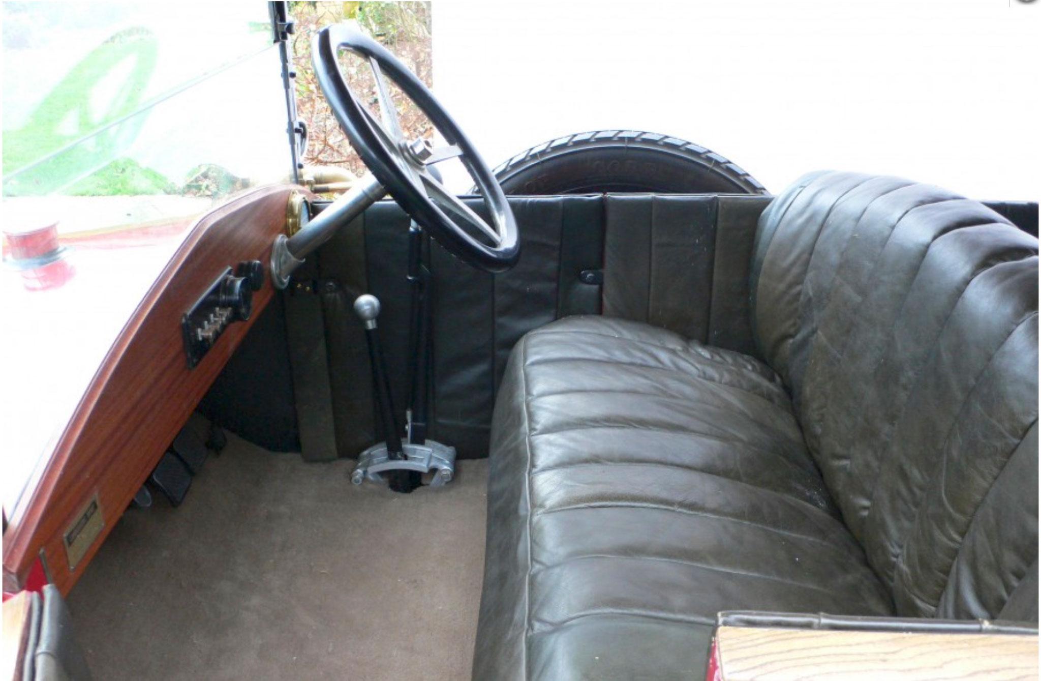1921 Jouffret Four Seater Tourer les sièges sont neufs.