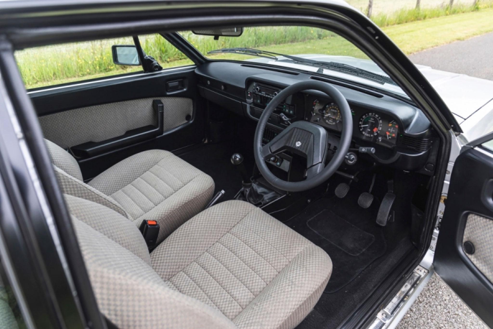 1984 Lancia Beta HPE Volumex intérieur - CCA au London Classic Car Show 2021.