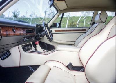 1986 Lister-Jaguar XJ-S 7.0-Litre le cuir clair est rehaussé de surpiqûres bordeaux.