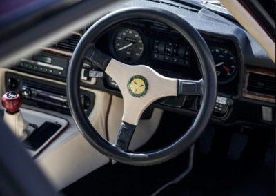 1986 Lister-Jaguar XJ-S 7.0-Litre volant trois branches distinctif de la Lister-Jaguar.