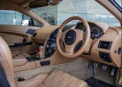 2011 Aston Martin V12 Zagato intérieur en cuir clair rehaussé de surpiqûres rouges.