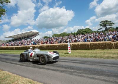 Sir Stirling Moss au volant de la Mercedes-Benz Silver Arrow W 196 R en 2015 au Goodwood Festival.
