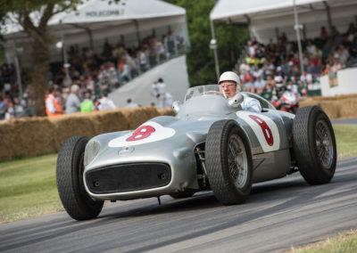 Sir Stirling Moss au volant de la Mercedes-Benz Silver Arrow W 196 R en 2015 au Goodwood Festival en action sur le circuit.
