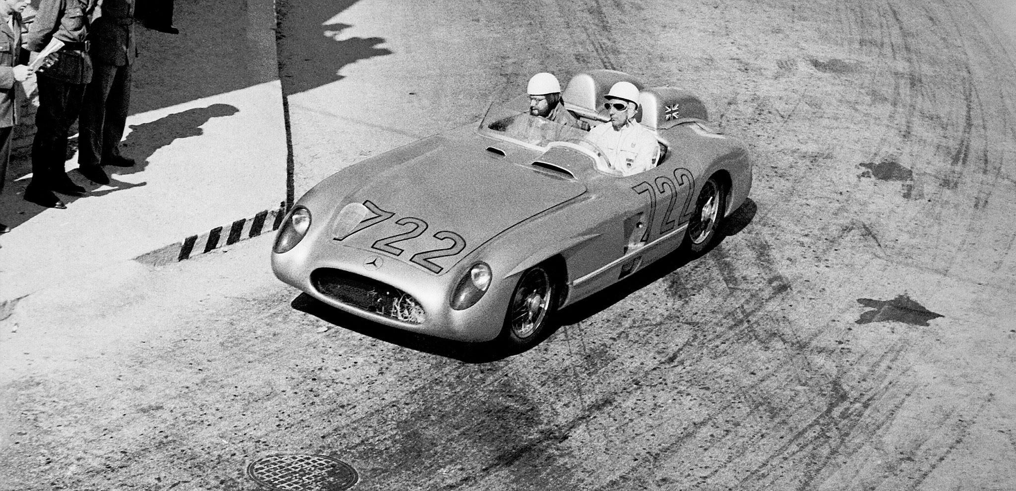 Sir Stirling Moss et Denis Jenkinson, mai 1955, au Mille Miglia avec la 300 SLR 722 entre Brescia et Rome.